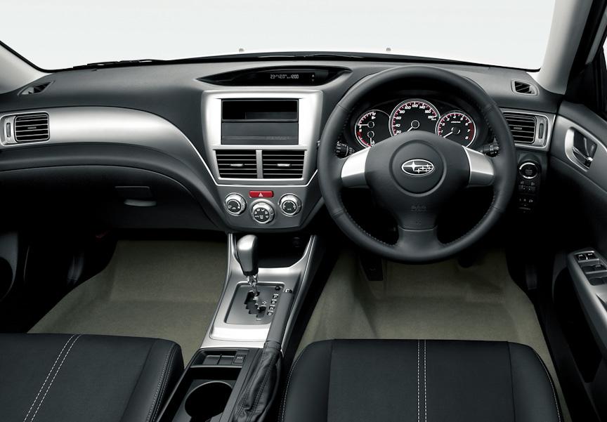 2.0i-Sのシート表皮のメイン部にアルカンターラを採用。5ドアモデルではコンソールボックスの上ぶた部をソフトパッド化した