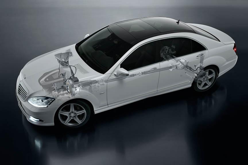 モーター駆動用のリチウムイオンバッテリーはエンジンルーム内に置かれる