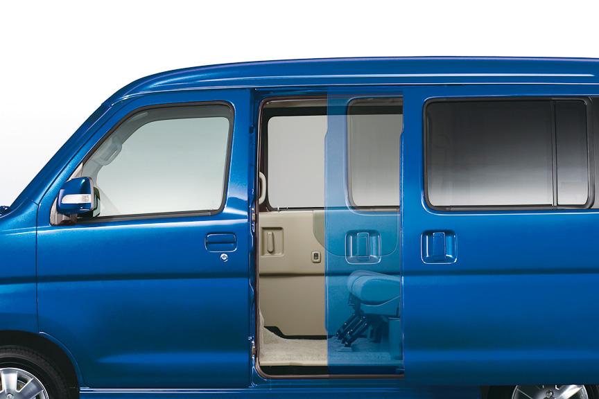オートスライドドアを左リアドアに装備。ドアハンドルのほか、運転席スイッチ、専用リモコンで開閉コントロールができる