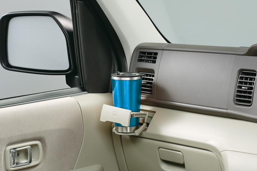 運転席と助手席にカップホルダーを備える。写真は助手席