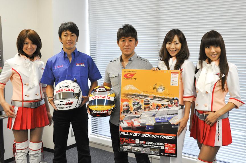 SUPER GT第7戦富士のプロモーションで編集部を訪ねてくれた、柳田選手(左)と荒選手(右)、イメージガールのクレインズの3人。左からますあやさん、布施曜子さん、秋葉みきさん