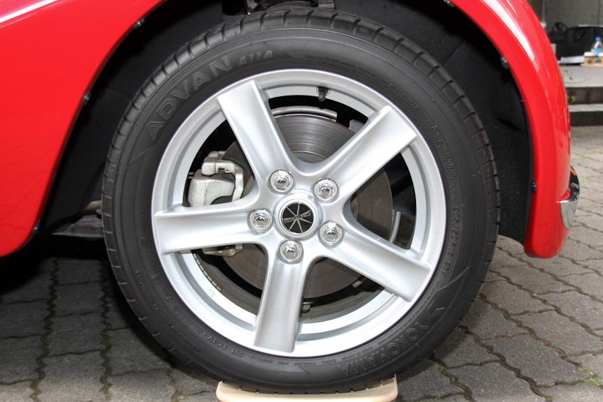タイヤサイズは前後とも205/50R16。駆動方式は2WD(FR)