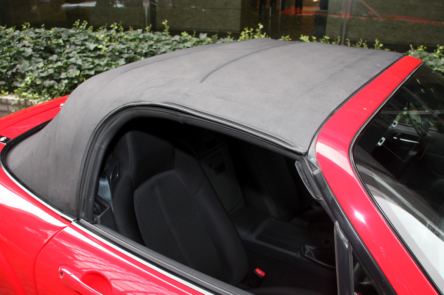 2010年モデルから手動格納式の幌仕様が設定された