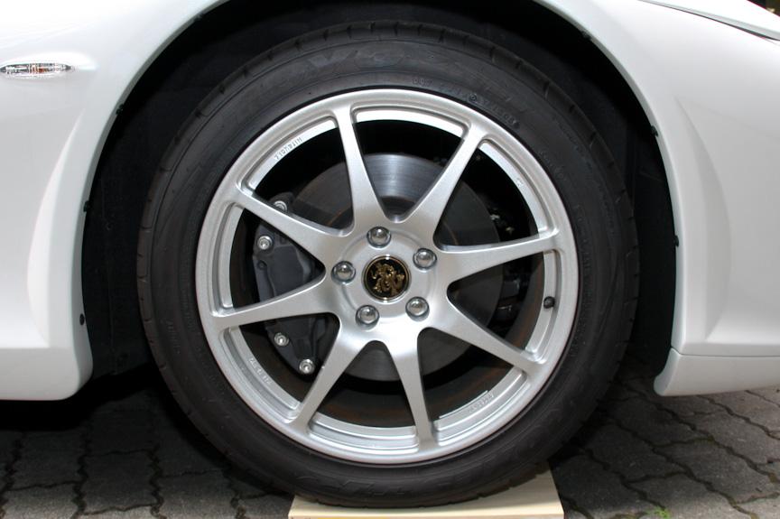 タイヤサイズはフロントが245/45 ZR18、リアが285/40 ZR18。駆動方式は2WD(MR)
