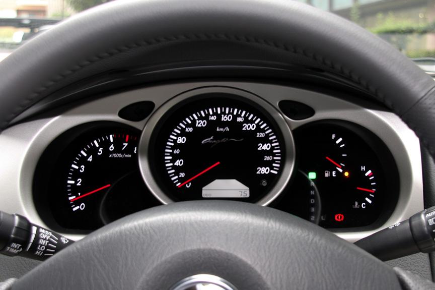 スピードメーターは280km/hまで刻まれる