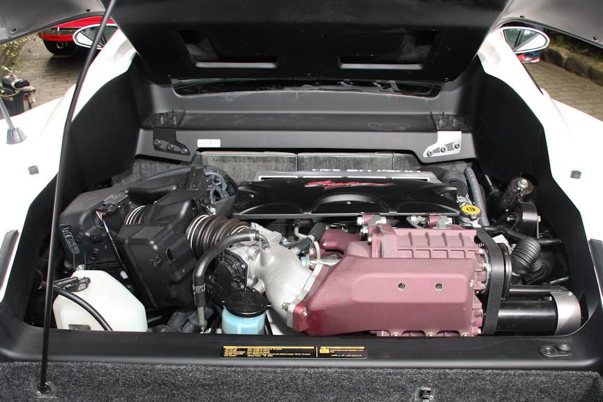 エンジンはミッドシップレイアウト。搭載エンジンはトヨタ製のV型6気筒 DOHC 3.3リッター。最高出力は172kW(223PS)/5600rpm、最大トルクは328Nm(33.4kgm)/4400rpm