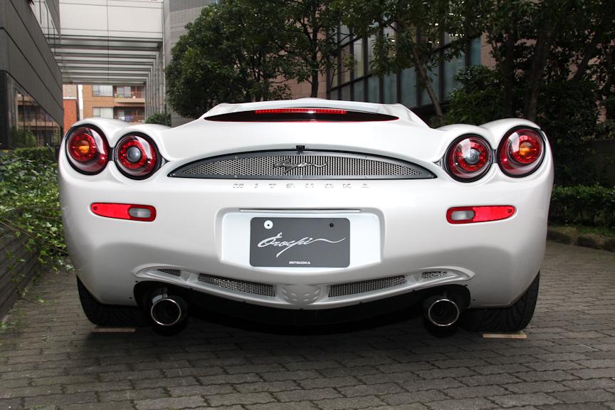 大蛇。2009年モデルの価格は1092万円だったのが、2010年モデルでは848万円(ナビレス仕様)まで引き下げられた