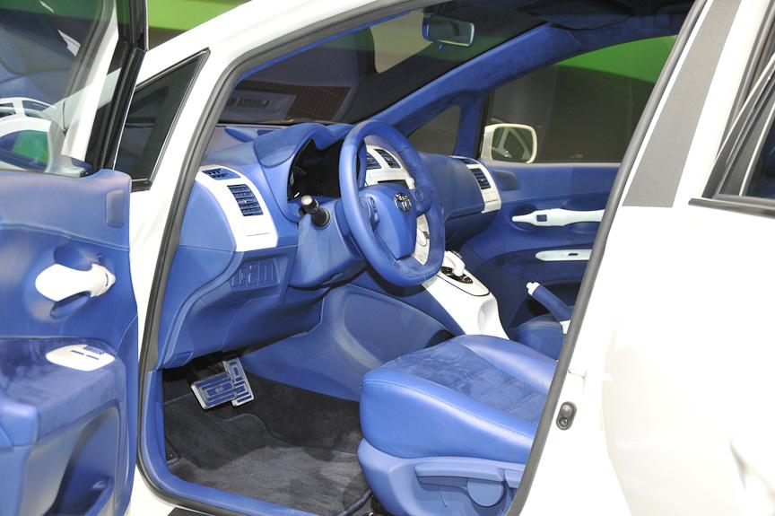 青と白で統一された車内には、現行プリウスと同じような操作系が見える