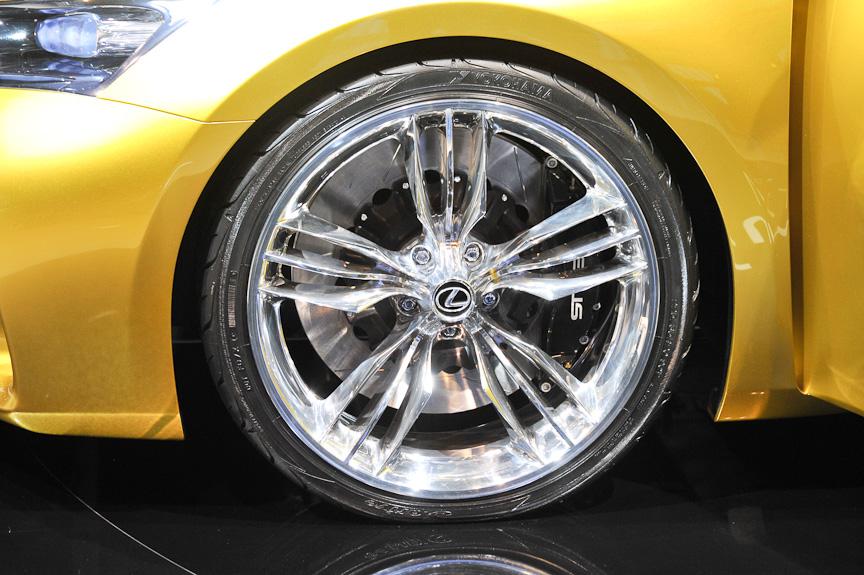 ショーカーらしく20インチで扁平率35%のタイヤを履く