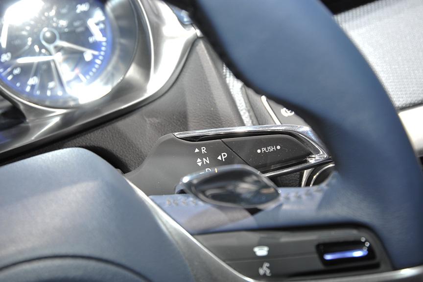 シックな室内。操作系はプリウスと異なり、シフトパドルなどを備える。エネルギーモニターは2眼メーターの間に置かれているようだ