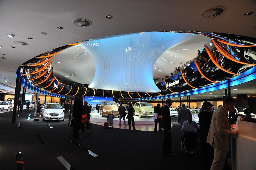 楕円形のアリーナを持つホール2は2階建て。メルセデス・ベンツはそのすべてを使って展示した