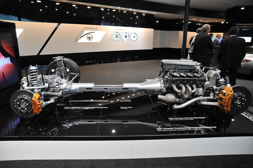 パワートレーン。エンジンとトランスアクスルは太いチューブで結ばれる