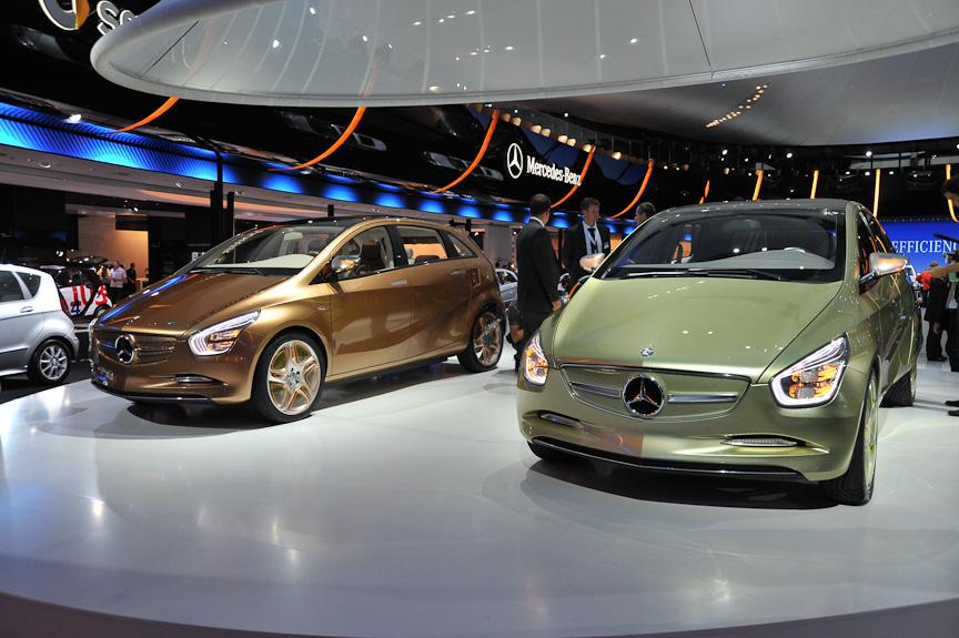 2台のBlue ZERO。左がハイブリッド車の「E-CELL Plus」、右が電気自動車の「E-CELL」