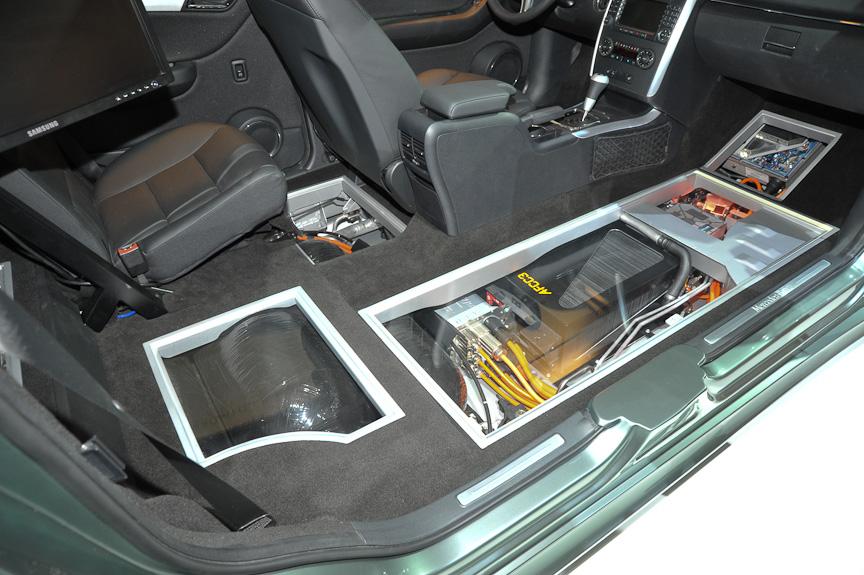 """Bクラスの""""二重底""""構造を利用して床下前部に燃料電池、後部に水素タンクを収める"""