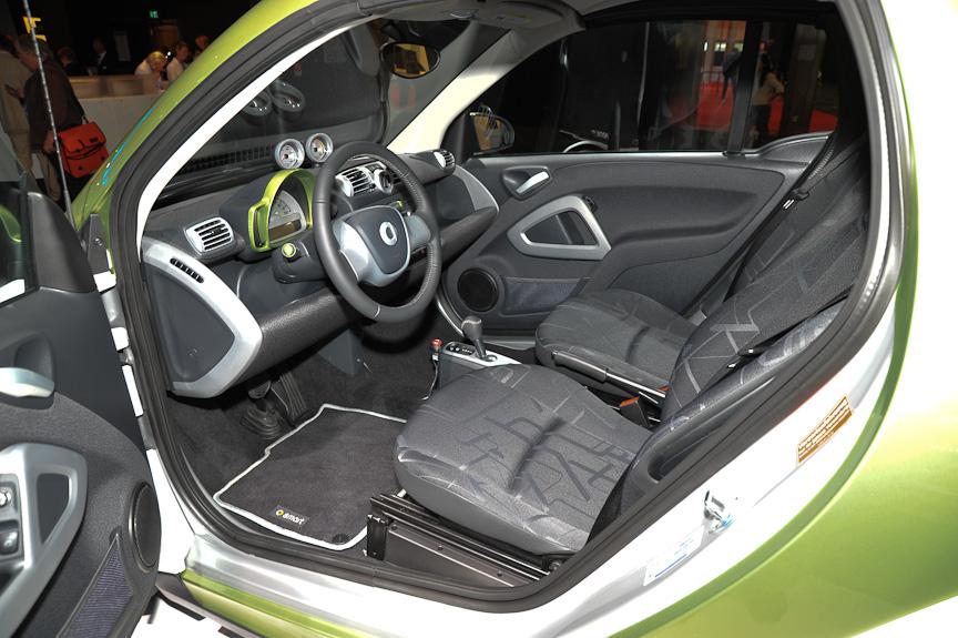 Smartの電気自動車。こちらも外観やインテリアはノーマルのSmartと同じだが、リアには電気モーター、床下にバッテリーを積む