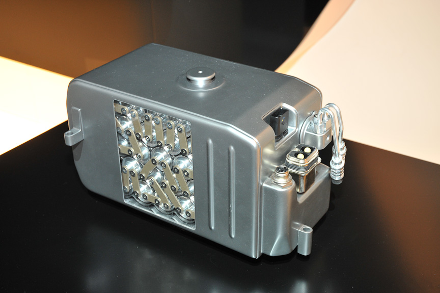 S 400 HYBRIDのパワートレーン(左)とリチウムイオン充電池