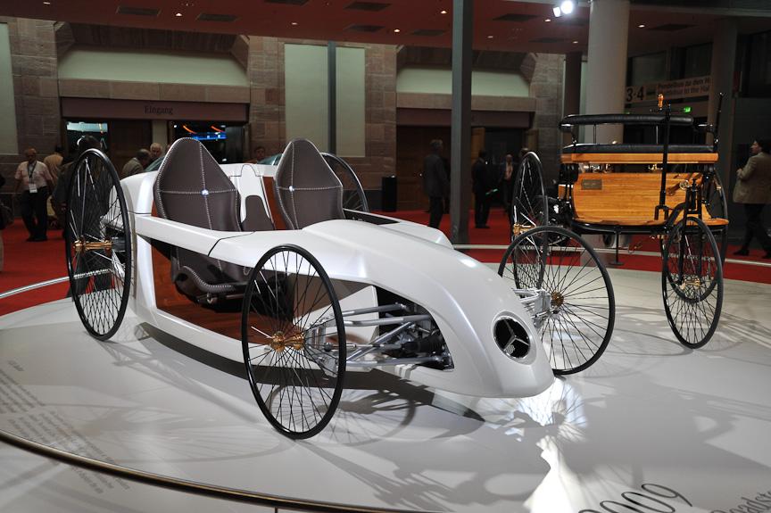 コンセプトモデルのF-CELLロードスター。燃料電池車を、史上初のガソリンエンジン車「ベンツ・パテント・ワーゲン」風にまとめたもの。細く大きなワイヤーホイール、リアに置かれたパワーユニット、1本のレバーによる操舵システムなど、ディテールも似ている