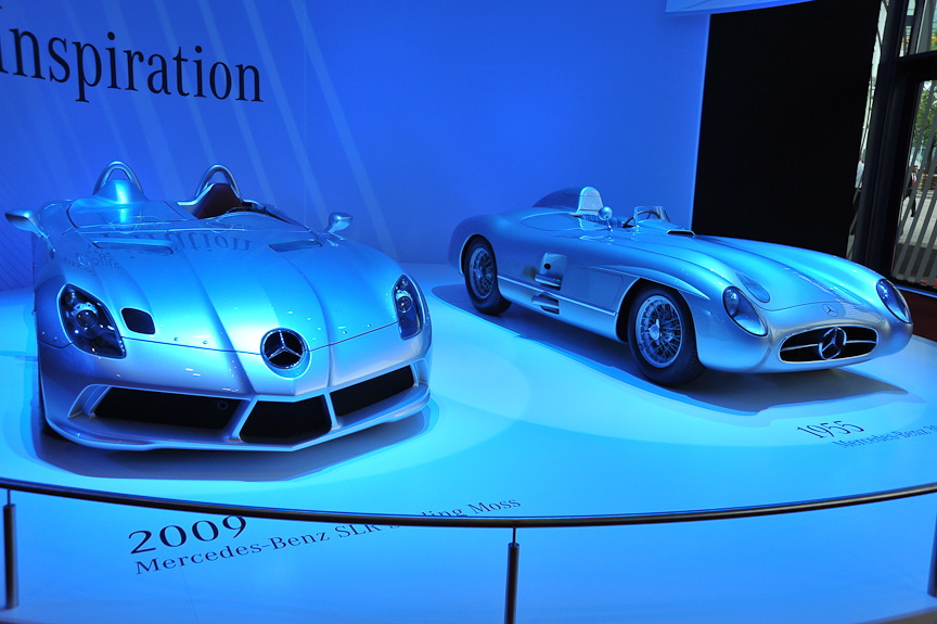 会場入り口には新旧モデルを対比させる展示も