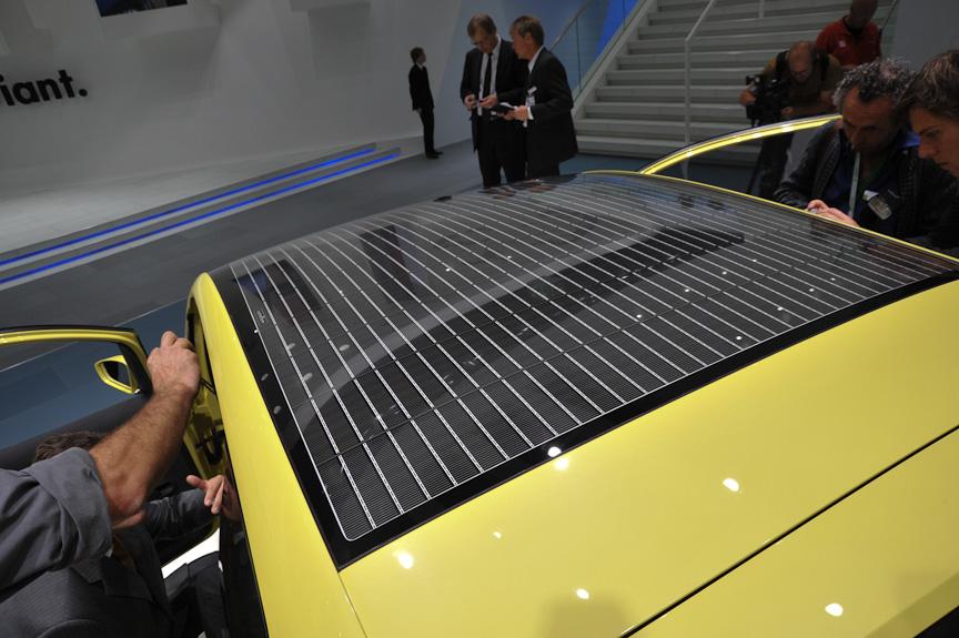 ルーフの太陽電池は、室内換気以外の用途にも使われる