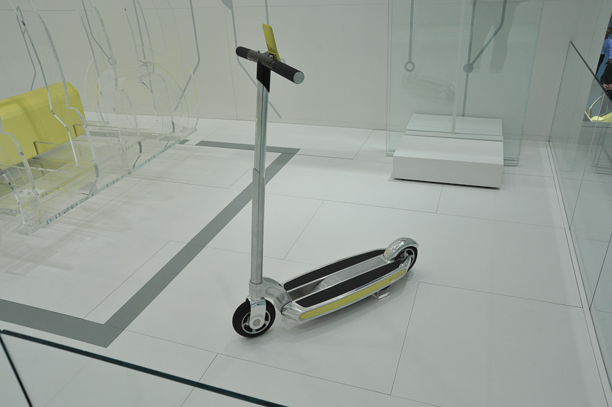 E-Up!コンセプト付近に展示されていた電動スクーター。スマートフォンをハンドルに装着し、ディスプレイやコントローラーとして使う