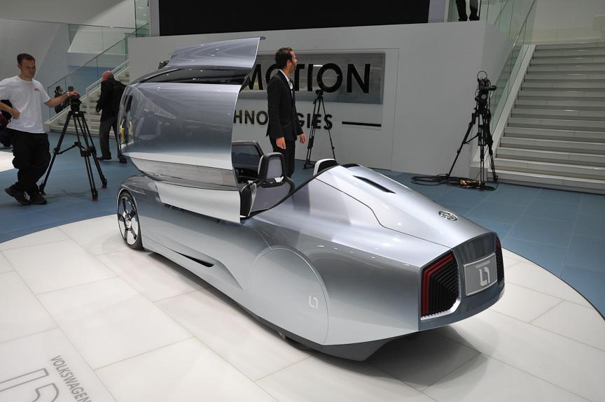 """3代目シロッコ、6代目ゴルフなどと同様に""""ダ・シルバ顔""""になった1L。シートをタンデムに配置し、車体を細長くすることで空気抵抗を減らしている"""