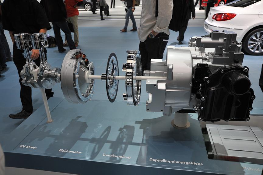 1Lのパワートレーン。モーターはエンジンと7速DSGの間に入る