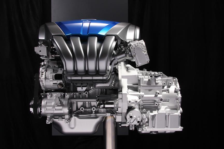 2リッターのSKY-Gエンジンに組み合わされるSKY-Drive。油量を減らすことで6速ATながら非常にコンパクトになっている