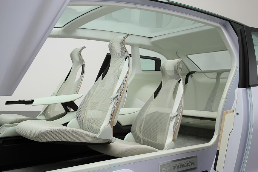 2列目のシートが前席の下に潜り込むギミック