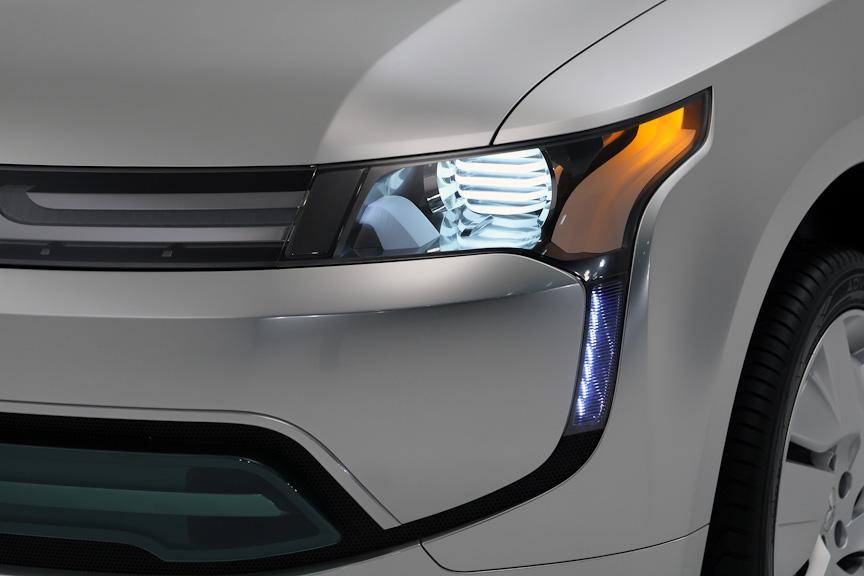 ヘッドライトのコンビランプはLEDを採用した。LEDの発光色は視認性の高い昼白色に近づけたと言う。リアコンビランプにもLEDを採用したことにより、ストップランプの点灯速度を早め、安全性を考慮している
