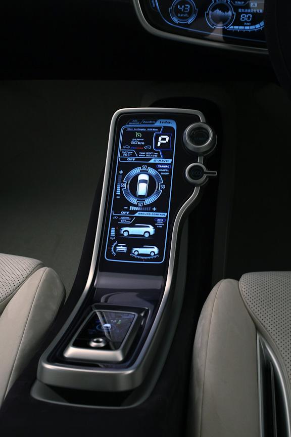 ヌバックレザーで室内全体を覆い、2トーンのインテリアカラーとしたことで、品質の高さと先進性を融合させたと言う。パワーウインドーやハンドルスイッチにはタッチパネル式を採用。インストルメントパネルに設定されたエコドライブスイッチにより、エンジン、トランスミッション、エアコンの省電力連携制御を可能としたほか、モニターにエコドライブの状況や結果の情報を表示することが可能。リアシートにもモニターを装備する