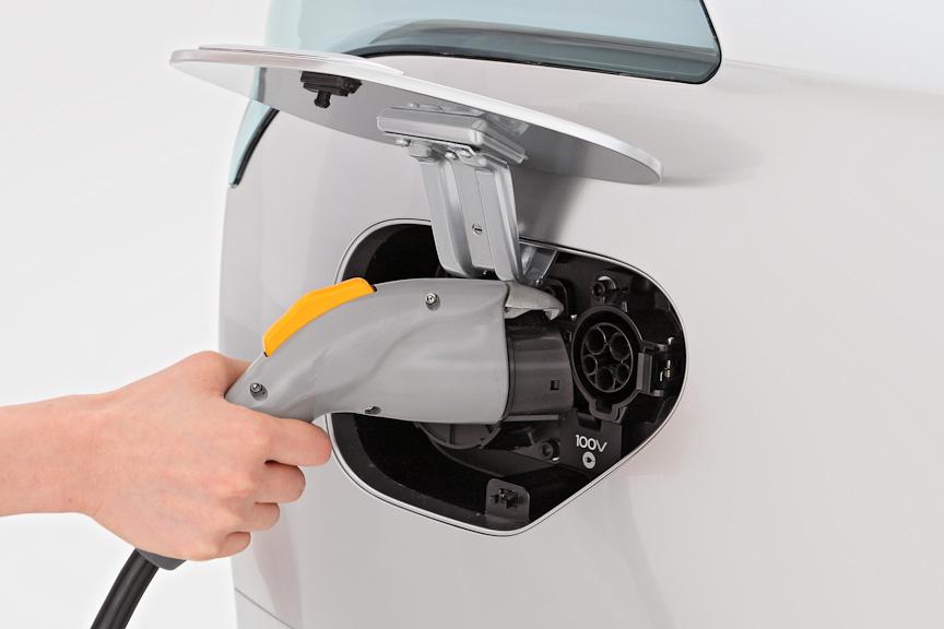 i-MiEV同様、家庭用AC100V/AC200Vによる普通充電と、急速充電の3WAY充電システムを採用した。離れた場所からでも指定時間に充電やエアコンの予約が行える無線充電予約システムも備える