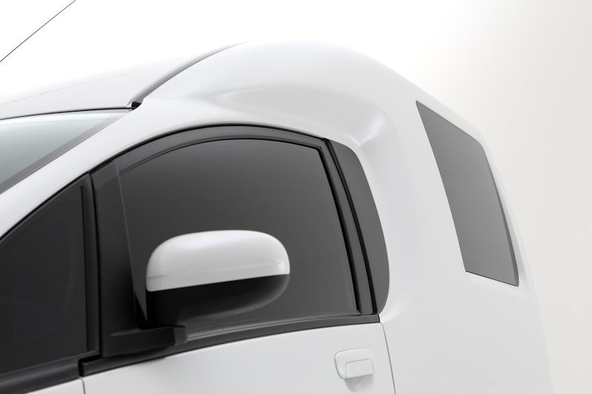 i-MiEVをベースにカーゴスペースを新たに設けたi-MiEV CARGO。写真は展示車とは一部デザインが異なる