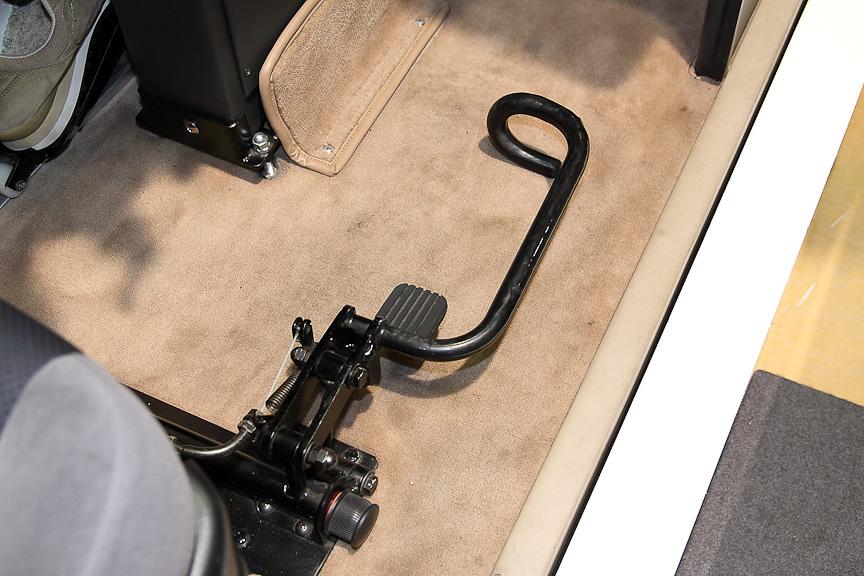 シフト操作を右足でできる「足用セレクトレバー」
