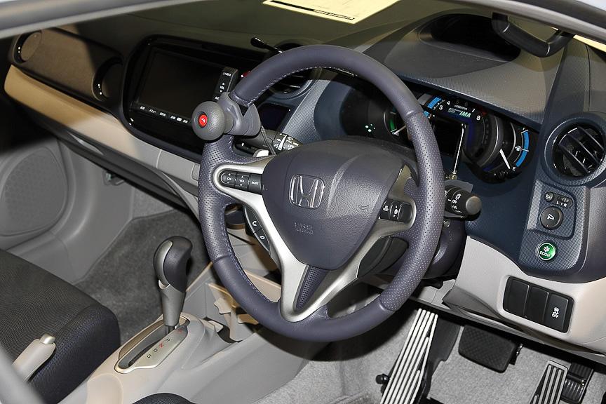 ステアリング左側に取り付けられた「ハンドル旋回ノブ」がテックマチックシステム Aタイプ。ウインカーレバーから左に伸びる黒いコントロールバーが「左手用ウィンカーレバー」のLタイプ