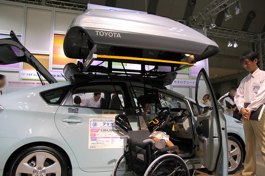注目の的となっていたフレンドマチック取付用専用車のプリウス。屋根に車いす格納用のウェルキャリーを搭載