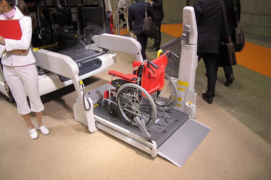 ハイエースは、車いすを全自動スイングアームリフトで乗せる仕組み