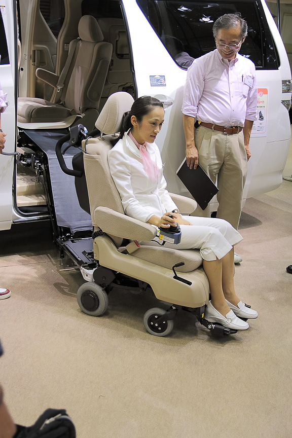 ヴェルファイアとアイシスはサイドリフトアップシートを装備。ヴェルファイアのものは、そのまま電動車いすに