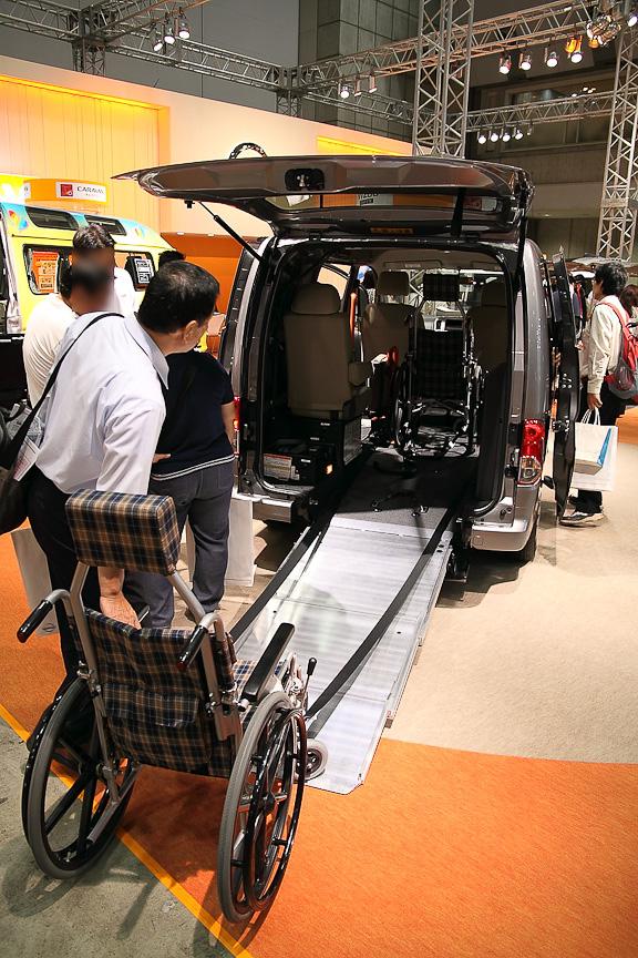 後方にスロープを展開して車いすの乗降を行え、2脚まで収納できる