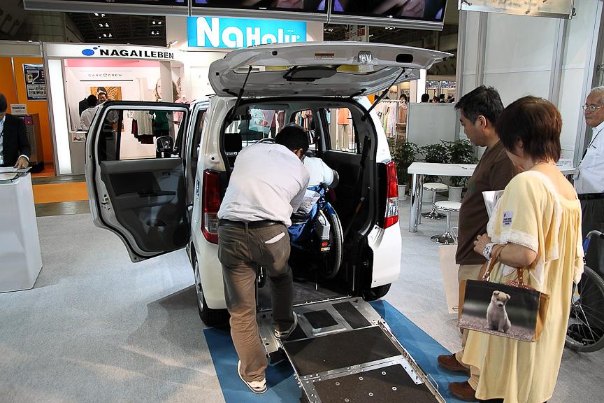 来場者が車いすでAZ-ワゴンiに乗り込むことができる