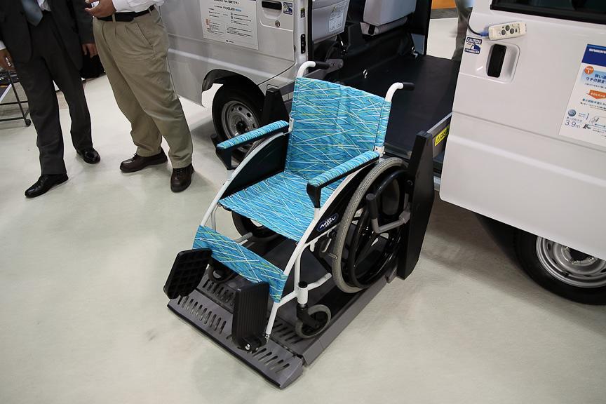 電動リフターを搭載しており、側面から車いすが乗り降りできる