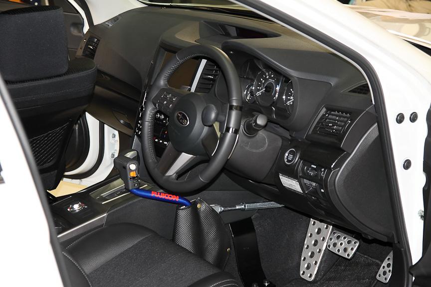 両手のみで運転できるスバル製の自操式装置が装着されていた