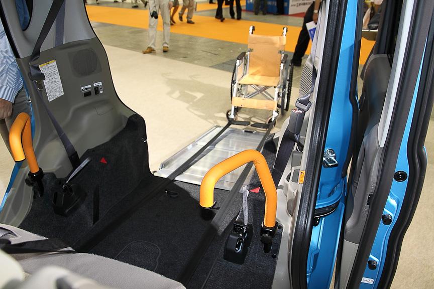 タントスローパー(車いす移動車)の車いす設置部を後席から見たところ