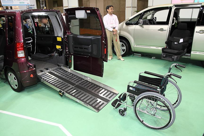 トッポ 助手席回転シート付き車いす仕様車(ニールダウン式)。スロープの角度を浅くできるのが特徴