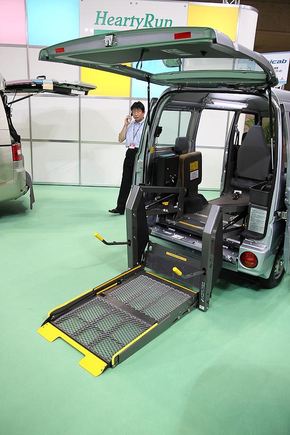 ミニキャブ 車いす仕様車(テールゲートリフト式)。200kgの電動リフトを搭載