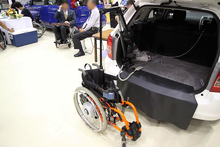 ニッシン自動車工業のブース内は、運転や乗降を補助する各種装置が展示され、にぎわっていた