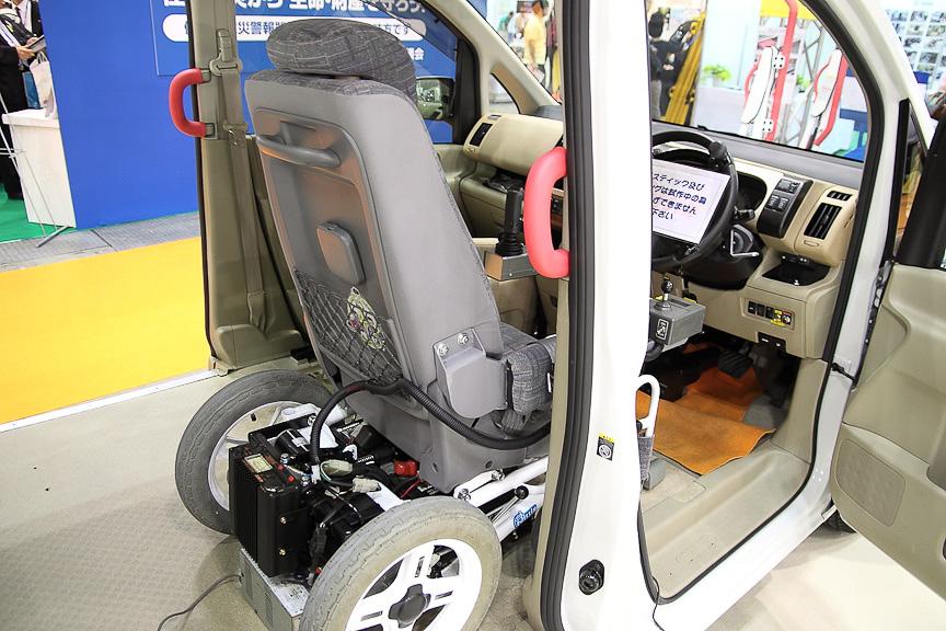 試作中の車いす運転席固定車(ジョイスティック車対応)。車いすがそのまま収まっている
