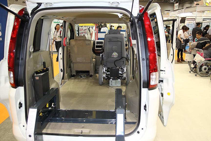 1BOX車を利用しており、車内を車いすで移動できる構造になっている