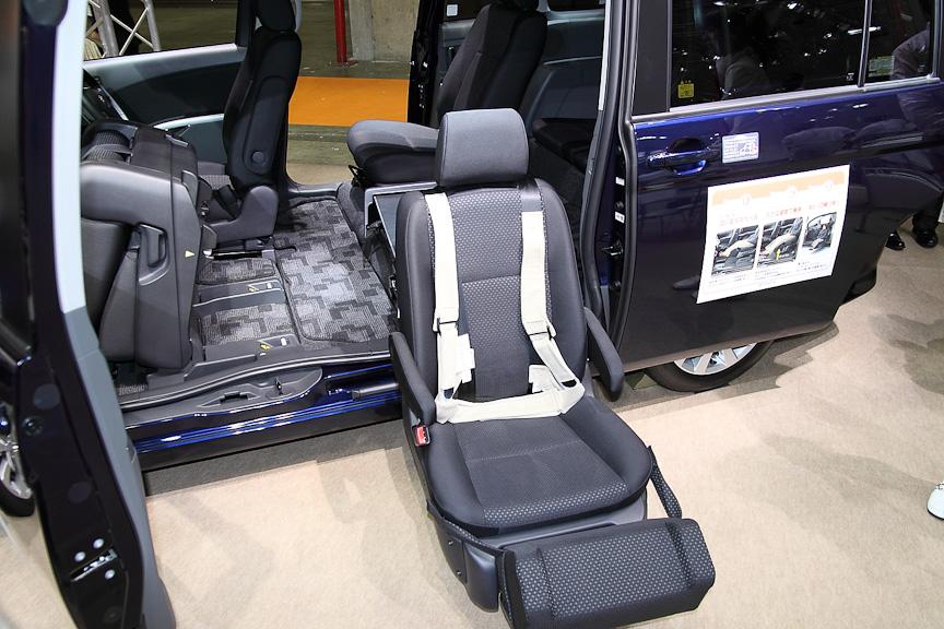 乗降しやすいリフトアップシート搭載車などさまざまな福祉車両が展示される国際福祉機器展
