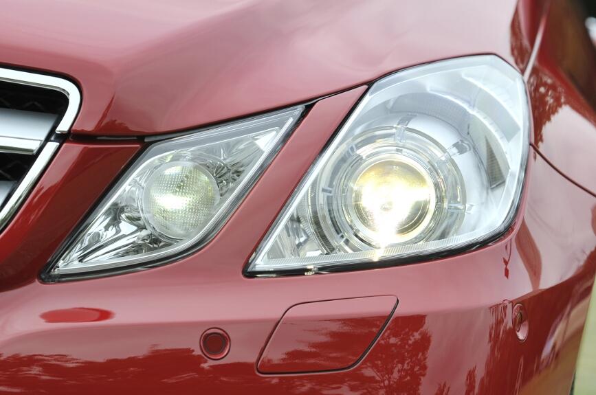 ライト類は4灯で、外側がバイキセノンタイプ。ハイビームとロービームを連続で変化するなど多機能。ライトの下はLEDナイトドライビングライト