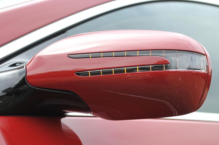 サイドのウインカーはドアミラーに内蔵、ミラーはヒーター付き